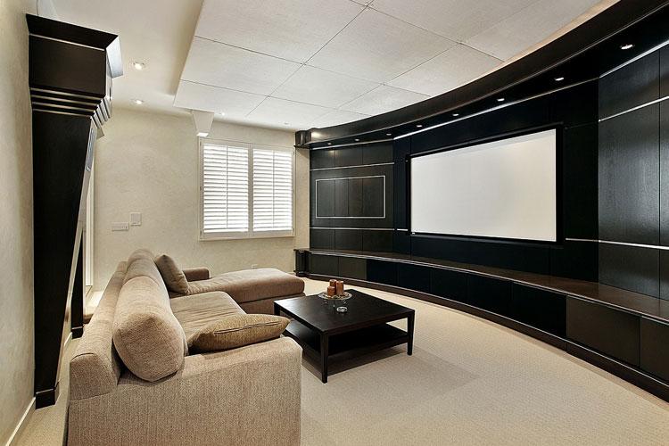 Système de cinema maison sans fil dans un salon de couleurs pastels